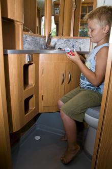 Toarummet är trevligt inrett med många förvaringsfack. Duscha får man göra i campingens servicehus.