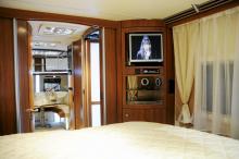 I en queenbed sover man som en kung. Notera dörren till duschkabinen i bakgrunden som har inbyggd belysning.