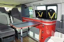 Köksmodulen innehåller spis och kyl samt flera lådor. Alla stolar bak kan plockas ut och flyttas var för sig.