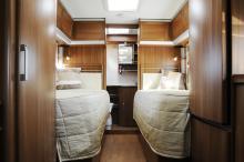 Två separata sängar och stort toalettutrymme är efterfrågat av många kunder. Royal 880 LT har detta plus en hel del annat. Längst bort i bild skymtar porslinstoaletten som har vridbar sits. Ett draperi mellan sovdel och köksdel finns för avgränsning.
