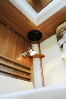 Pioneer högtalare i både bildel och bodel vid sängen.