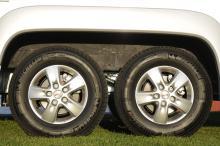 Dubbla bakhjul med lättmetallfälgar sväljer fartguppen och ger stadig gång även i högre farter.