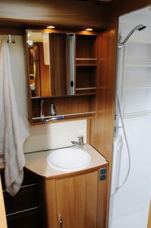 Stort toalettutrymme med separat duschkabin är uppskattat och till vänster utanför bild finns en garderob.