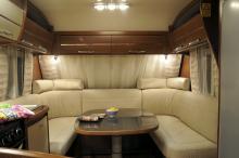 . Den stora u-soffan längst fram i vagnen kan förstås bäddas till en stor bädd. Kuddarna som på bilden placerats som nackstöd passar egentligen bättre som svankstöd. Belysningen är snygg och funktionell men spotlightsen blir väldigt heta