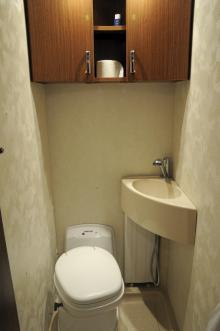 Toalettutrymmet kommer också att få en del förändringar i senare serier. Spegel tillkommer bland annat.