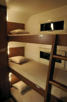 Knatte och Fnatte har varsitt fönster medan Tjatte får klara sig utan. Uppfällbart fallskydd finns under madrasserna.