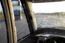 Bakom sidospegeln står en sju meters husbil vilket bara syns om man tittar noga.