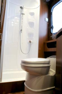 Riktig duschkabin och trevligt toalettutrymme.