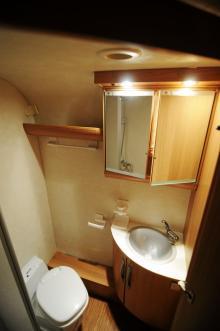 Hörntoa ger utrymme för separat duschkabin.