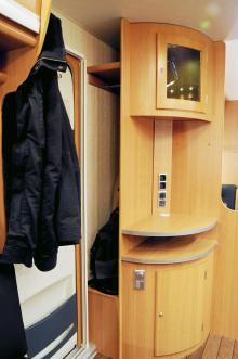 Snyggt utrymme för kläder bakom hörnskåpet.
