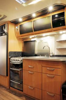 Köksavdelningen är toppen bortsett från den högt placerade mikrovågsugnen vilket gäller majoriteten fritidsfordon.