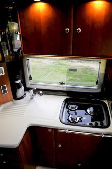 Allt material i köksdelen håller samma kvalitetskänsla som hemma. Snygg plats för kaffebryggaren till vänster!