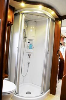 Expansionskärlet sitter smart placerat bakom en lucka i duschkabinen. Bra om det råkar koka över.