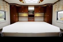 Den mittplacerade sängen har uppfällbar ryggdel och omges av förvaringshyllor och skåp. Kallskumsmadrassen är avfjädrad och ytterst bekväm. Fönster i tak och på båda väggarna ger både ljus och utsikt när så behövs.