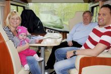 Bert Karlsson med dotter, barnbarn och svärson trivs ypperligt i Charismans sittgrupp.
