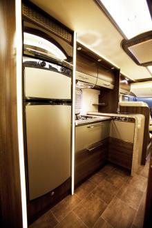 Väldigt snyggt designat kök med rundade hörn och bra funktionalitet.
