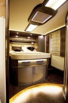 Den rymliga sängen bak passar lika bra i ett hotellrum.
