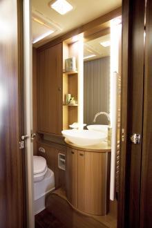 Toalettutrymmet är liksom resten av husbilen snyggt belyst. Duschkabinen är separerad från toa/handfat.