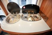 I köket finns trelågig spis och luckor både på spis och diskho som underlättar köksarbetet.
