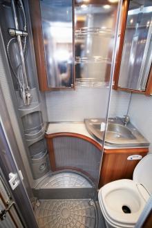 . Golvet i duschen har dubbla golvbrunnar men duschkabinen har en något svårstängd dörr.