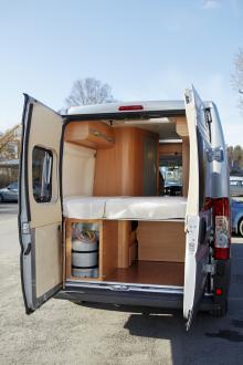Sängen kan fällas upp och då blir lastutrymmet gigantiskt i jämförelse med många traditionella husbilar.