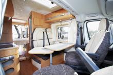 Bordets utfällbara skiva gör att även den som sitter i bilens passagerarstol når sin kaffekopp. Bordet går även att vrida mot köket för extra avlastning.