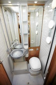Förvandlar toarummet till duschkabin. Även väggen bakom går att fälla ut.