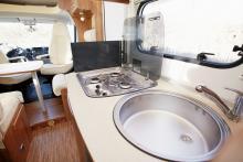 Det finns ingen köksfläkt så i stället får fönstret öppnas för att vädra ut stekoset.