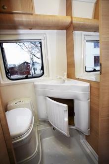 Fönster och spegel gör toalettutrymmet ljust. Ont om skåp, men annars är utrymmet bra för en så pass liten bil.