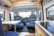 Sittgruppens miljö är ljus och trivsam tack vare många och stora fönster. Den som sitter i passagerarstolen har tyvärr långt till bordet.