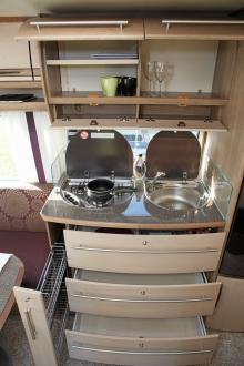 Det lilla köket med sina breda lådor andas tyska kvalitetsmärket Bulthaup. Men det är ont om avställningsytor