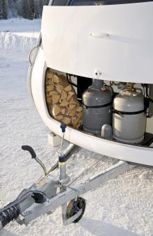 Ved till grillkorven och gas till vagnen ryms.