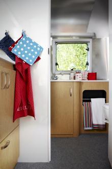 Badrummet har vakuumtoalett och stor dusch. Handdukar med ränder, 79 kr respektive 60 kr, Åhléns. Korg, 29 kr, tvålpump, 69 kr, toalettpapper, Lagerhaus. Necessär, cirka 325 kr Marimekko.