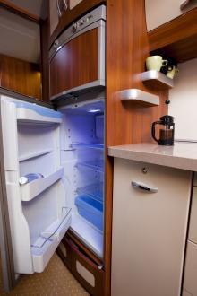 Kylskåpet rymmer 175 liter och frysskåpet ovanför 31 liter.