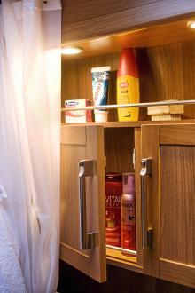 Bakom ryggen i toautrymmet finns ytterligare ett upplyst badrumsskåp.