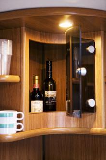 Direkt till vänster innanför dörren hittas baren och under den en tv-hylla med ytterligare skåp och förvaring.