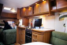 Grillugn i husvagnen när utegrillen strejkar. Trevligt kök med rundade former och  centrallåsning av lådorna.
