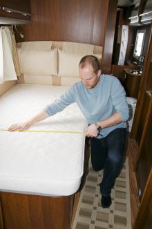 Sängen är smalare än vad tillverkaren uppger.