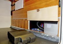 Från garaget  kan man komma åt att serva delar av värmeanläggningen. Punkteringshjälp finns förpackad i en väska av plast.