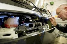 Öppningen till motorrummet kräver smidiga fingrar och trattar med slang för att komma åt påfyllningspunkterna.