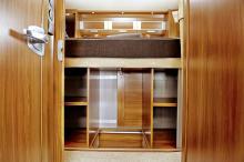 Det finns gott om hyllor i det stora skåpet som ligger under sängen i Globetrotterns akter. Jalusidörrar öppnar utrymmet.