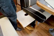 Passagerarsätet  kan breddas med hjälp av en utdragsskiva så att flera personer kan få plats att sitta runt matbordet.