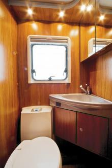 Toaletten blir extra rymlig om den med hjälp av respektive dörrar kopplas ihop med duschutrymmet.