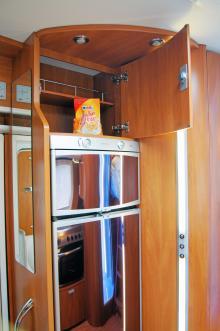 Skafferi ovanför kyl-frysen som totalt rymmer 150 liter.