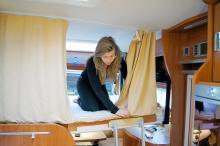 80 cm. Är höjden mellan taket och madrassen. Taksängen hålls uppe av bälten. Ett draperi med blixtlås och skyddsnät är standard.