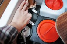 Via en lucka i golvet nära bilens bakre bädd når man de viktiga avtappningskranarna.