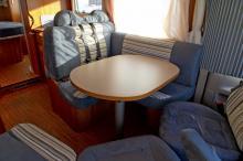 Vid färd måste sidosoffans kudde plockas bort. Annars blir det obekvämt för passageraren närmast fönstret.