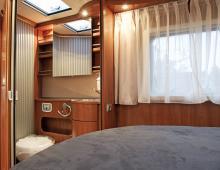 Toa på ena sidan dubbelbädden och duschkabinen på den andra. Gott om plats i toarummet.