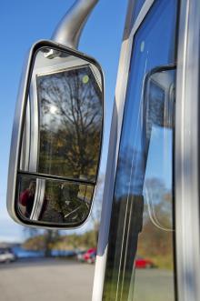Vinklat nedre glas är positivt vid körning. De dubbla fönsterramarna och speglarnas storlek stör dock sikten.