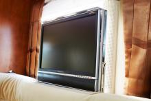 """Sidosoffan döljer denna platt-tv som enkelt hissas upp. Annan teknik i testbilen är backkamerasystem med 7"""" monitor."""